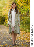 Купить «Девушка идет по осеннему парку», фото № 2121401, снято 26 сентября 2010 г. (c) Яков Филимонов / Фотобанк Лори