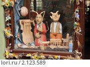 Купить «Деревянные игрушки в витрине магазина. Два чертика.», фото № 2123589, снято 17 ноября 2019 г. (c) T&B / Фотобанк Лори
