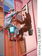 Работник клининговой компании за работой на подвесной системе (2008 год). Редакционное фото, фотограф Александр Черемнов / Фотобанк Лори