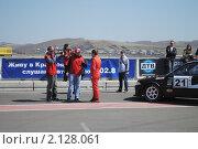 Купить «Репортеры берут интервью у автогонщика», фото № 2128061, снято 23 мая 2010 г. (c) Юрий Андреев / Фотобанк Лори