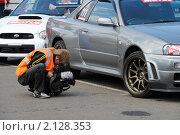 Купить «Оператор снимает колесо спортивного автомобиля», фото № 2128353, снято 6 июня 2010 г. (c) Юрий Андреев / Фотобанк Лори