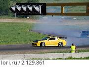 Купить «Желтая спортивная машина входит в поворот», фото № 2129861, снято 6 июня 2010 г. (c) Юрий Андреев / Фотобанк Лори