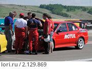 Купить «Совещание гоночной команды», фото № 2129869, снято 6 июня 2010 г. (c) Юрий Андреев / Фотобанк Лори