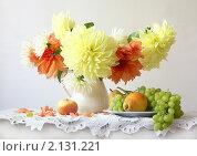 Букет георгин и фрукты. Стоковое фото, фотограф Марина Володько / Фотобанк Лори