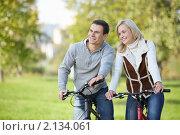Купить «Счастливая молодая пара на велосипедах», фото № 2134061, снято 6 октября 2010 г. (c) Raev Denis / Фотобанк Лори