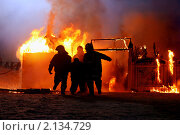 Купить «Пожар. Спасатели МЧС  выносят из огня пострадавшего», фото № 2134729, снято 7 февраля 2010 г. (c) Татьяна Белова / Фотобанк Лори