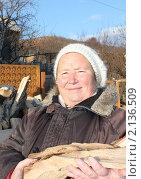 Купить «Женщина с поленьями в руках», эксклюзивное фото № 2136509, снято 14 ноября 2010 г. (c) Ольга Линевская / Фотобанк Лори