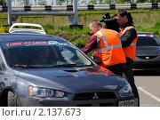 Купить «Репортеры берут интервью у водителя спортивной машины», фото № 2137673, снято 6 июня 2010 г. (c) Юрий Андреев / Фотобанк Лори