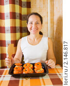 Купить «Женщина с жареными фаршированными помидорами», фото № 2146817, снято 14 ноября 2010 г. (c) Яков Филимонов / Фотобанк Лори