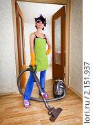 Купить «Домохозяйка с пылесосом», фото № 2151937, снято 29 сентября 2010 г. (c) Андрей Армягов / Фотобанк Лори