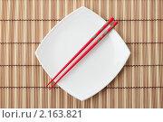 Купить «Красные китайские палочки на белой квадратной тарелке», фото № 2163821, снято 15 ноября 2010 г. (c) Валерий Крывша / Фотобанк Лори
