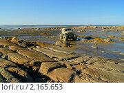 Купить «Российский внедорожник на скалистом побережье», фото № 2165653, снято 5 октября 2010 г. (c) макаров виктор / Фотобанк Лори