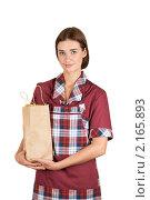 Купить «Девушка в одежде продавца с бумажным пакетом в руках», фото № 2165893, снято 1 июля 2010 г. (c) Jan Jack Russo Media / Фотобанк Лори