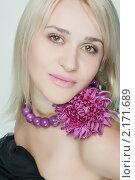 Портрет блондинки с цветком. Стоковое фото, фотограф SvetlanaPanteleeva / Фотобанк Лори