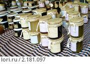 Мед на прилавке уличного рынка в Испании (2009 год). Стоковое фото, фотограф valentina vasilieva / Фотобанк Лори