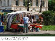 Купить «Уличная торговля сувенирами. Углич. Ярославская область», эксклюзивное фото № 2185817, снято 14 августа 2010 г. (c) lana1501 / Фотобанк Лори