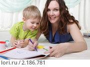Молодая мама и ее сын проводят время вместе. Стоковое фото, фотограф Андрей Липко / Фотобанк Лори