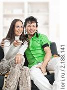 Купить «Счастливая пара смотрит телевизор», фото № 2188141, снято 13 октября 2010 г. (c) Михаил Лавренов / Фотобанк Лори
