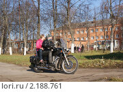 Молодой человек на мотоцикле везет ребенка (2010 год). Редакционное фото, фотограф Галина Гаврилова / Фотобанк Лори