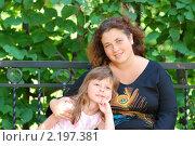 Мама и дочка в парке. Стоковое фото, фотограф Kononova Elena / Фотобанк Лори