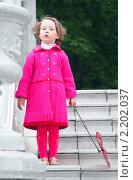 Девочка с игрушкой-вертушкой. Стоковое фото, фотограф Александр Степанов / Фотобанк Лори