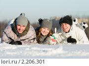 Купить «Группа улыбающихся молодых людей зимой», фото № 2206301, снято 1 декабря 2010 г. (c) Дмитрий Калиновский / Фотобанк Лори