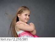 Купить «Портрет девочки на темном фоне», фото № 2210581, снято 21 февраля 2010 г. (c) Наталия Ефимова / Фотобанк Лори