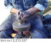 Купить «Руки гончара на гончарном станке», фото № 2213337, снято 21 августа 2010 г. (c) Ирина Викторовна Федичева / Фотобанк Лори