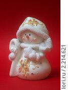 Купить «Новогодние елочный игрушки. Снеговик на красном фоне», фото № 2214621, снято 1 декабря 2010 г. (c) Никита Жигелев / Фотобанк Лори