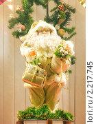 Купить «Новогодняя витрина: Санта-Клаус с подарками», эксклюзивное фото № 2217745, снято 14 декабря 2019 г. (c) Наталия Шевченко / Фотобанк Лори