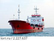 Купить «Красный танкер стоит на якоре в районе порта», фото № 2227637, снято 22 сентября 2010 г. (c) Ольга Яковенко / Фотобанк Лори