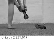 Девушка надевает туфли, фото № 2231017, снято 27 июня 2010 г. (c) Константин Безденежных / Фотобанк Лори