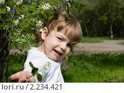 Маленькая девочка с цветком на улице. Стоковое фото, фотограф Владислав Зитикис / Фотобанк Лори
