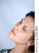 Портрет брюнетки с закрытыми глазами. Стоковое фото, фотограф Владислав Зитикис / Фотобанк Лори