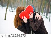 Купить «Влюбленная пара с сердцем целуется», фото № 2234573, снято 17 января 2010 г. (c) Анна Лисовская / Фотобанк Лори