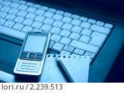 Купить «Ноутбук и мобильный телефон. Синее тонирование», фото № 2239513, снято 3 августа 2008 г. (c) Сергей Петерман / Фотобанк Лори
