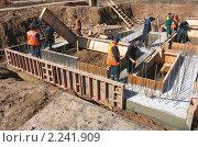 Рабочие разбирают опалубку фундамента здания (2008 год). Редакционное фото, фотограф Владимир Чинин / Фотобанк Лори