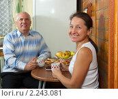 Купить «Взрослая пара пьет чай», фото № 2243081, снято 23 октября 2010 г. (c) Дарья Филимонова / Фотобанк Лори
