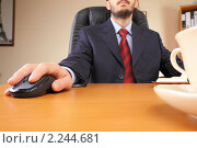 Бизнесмен с компьютерной мышкой в руке сидит за столом. Стоковое фото, фотограф Андрей Липко / Фотобанк Лори