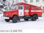 Купить «Пожарная машина во дворе, зима», эксклюзивное фото № 2244761, снято 1 января 2010 г. (c) Наталия Шевченко / Фотобанк Лори