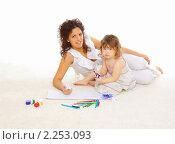 Купить «Мать и ее маленькая дочь рисуют», фото № 2253093, снято 24 декабря 2010 г. (c) Андрей Липко / Фотобанк Лори
