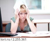 Купить «Уставшая девушка в офисе с бумагами», фото № 2255361, снято 29 мая 2010 г. (c) Александр Маркин / Фотобанк Лори