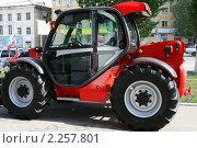 Купить «Импортный красный трактор на выставке под открытым небом», фото № 2257801, снято 20 мая 2010 г. (c) Сергей Кузнецов / Фотобанк Лори