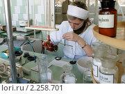 Купить «Производство лекарств по рецепту», фото № 2258701, снято 6 марта 2005 г. (c) Наталья Окорокова / Фотобанк Лори