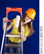 Девушка с валиком на стремянке. Стоковое фото, фотограф Яков Филимонов / Фотобанк Лори