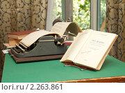 """Купить «Роман """"Что делать"""" и пишущая машинка на столе», фото № 2263861, снято 24 июля 2010 г. (c) Михаил Смыслов / Фотобанк Лори"""