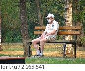 Купить «Москва. Мужчина в маске сидит на лавочке в парке. Смог», эксклюзивное фото № 2265541, снято 10 августа 2010 г. (c) lana1501 / Фотобанк Лори