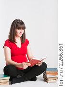 Купить «Беременная женщина читает много книг», фото № 2266861, снято 27 декабря 2010 г. (c) Михаил Павлов / Фотобанк Лори