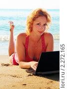 Девушка на пляже с компьютером. Стоковое фото, фотограф Вадим Францев / Фотобанк Лори