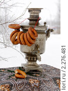 Купить «Самовар с баранками на фоне снега и березы», фото № 2276481, снято 14 января 2011 г. (c) Ольга Рындина / Фотобанк Лори